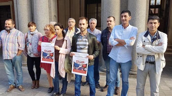 Integrantes de la Plataforma Ciudadana Huelva en Marcha Contra el TTIP durante la convocatoria de la concentración.