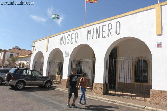 Dos turistas entrando en el Museo Minero.