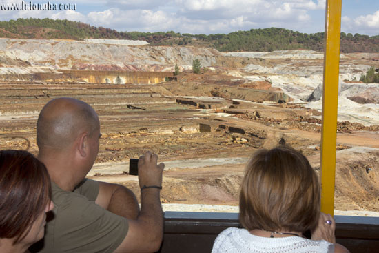 Imagen de turistas en el tren minero.