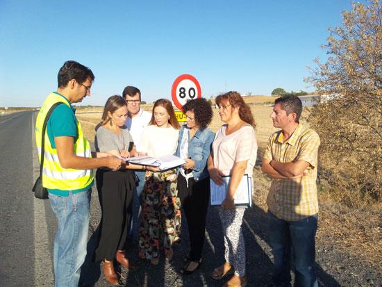 La diputada del Área de Infraestructura, Laura Martín, ha visitado los tramos en los que se van a acometer las obras, en compañía de los alcaldes, con el objetivo de darles a conocer los proyectos, que consistirán fundamentalmente en reparación del firme en estos tramos de carretera.