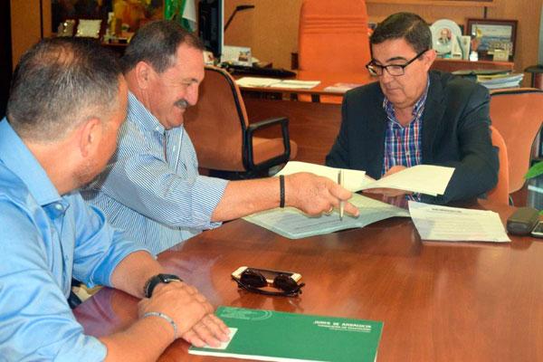 Imagen de la renovación del convenio entre representantes de ASPROMIN y Vicente Zarza.