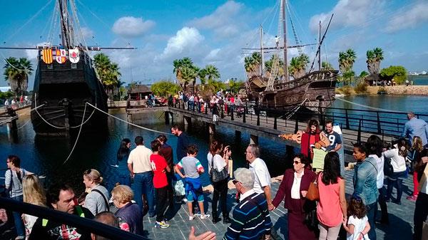 Imagen de visitantes en el Muelle de las Carabelas.
