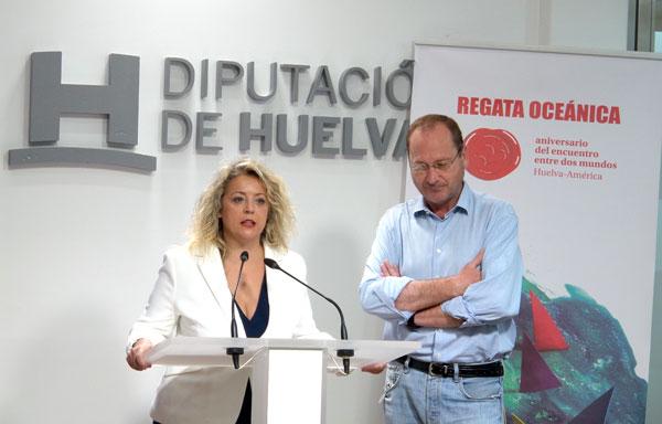 Lourdes Garrido junto con Francisco Martínez Ayllón durante la presentación de la regata.