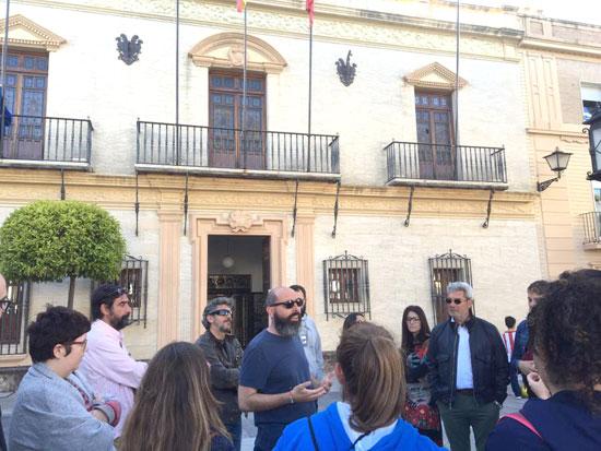 Miembros de IU a las puertas del Ayuntamiento de Ayamonte.