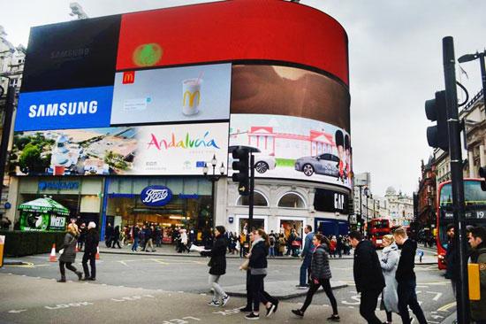 Imagen de una de las pantallas donde se promociona la Comunidad de Andalucía como destino turístico.