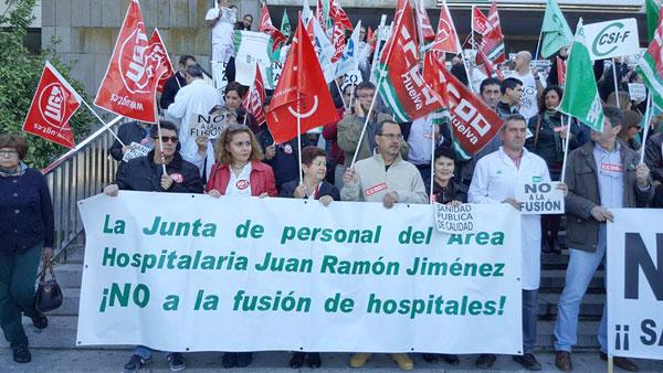 Sanitarios rechazando la fusión de centros sanitarios.