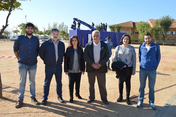 Las autoridades locales junto a los promotores del 'Sistema Aurora'.