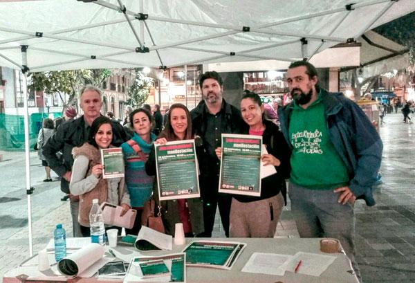 Miembros de Marea Verde en Huelva durante una recogida de firmas.