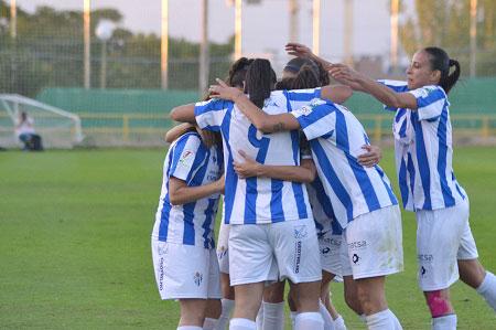 Jugadoras del Sporting Club de Huelva durante la celebración de un tanto.