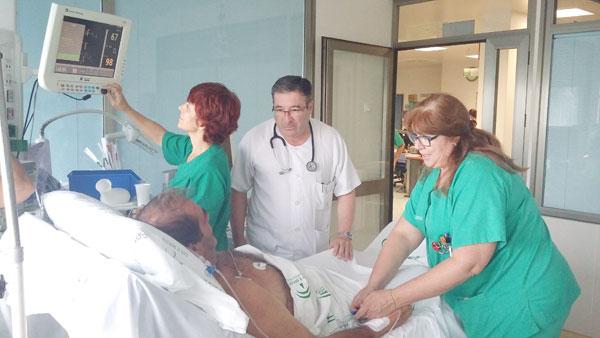 Sanitarios atienden a un paciente.