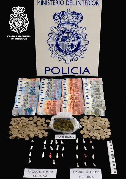 Imagen de la droga y el dinero intervenido.