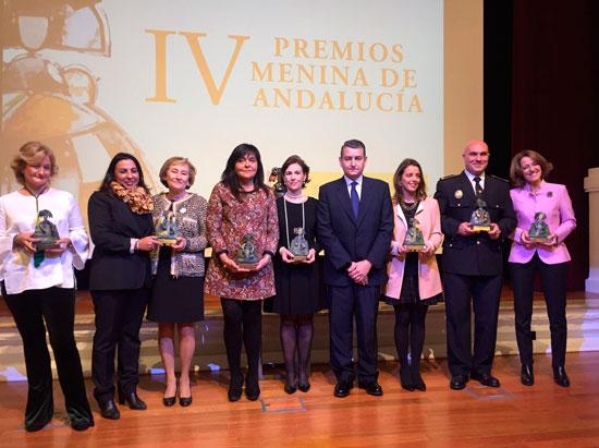Imagen de los premiados junto al delegado del Gobierno en Andalucía.
