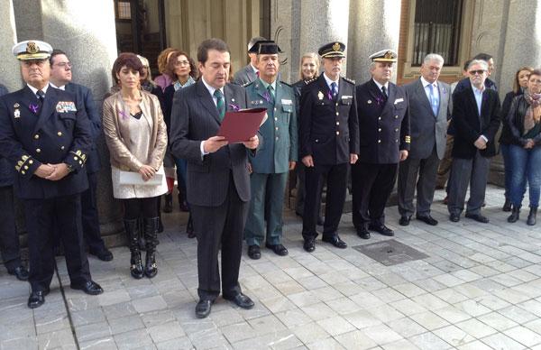 Lectura de un manifiesto en la Subdelegación del Gobierno en Huelva.
