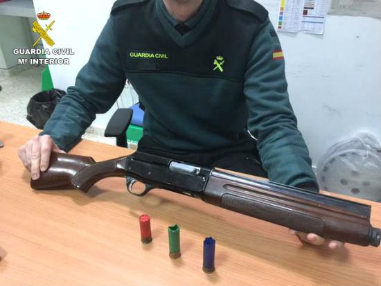 Un agente de la Guardia Civil muestra el arma intervenida.
