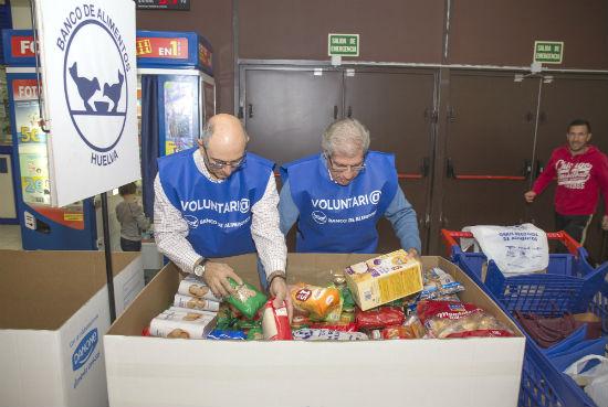 Dos voluntarios durante la gran recogida del Banco de Alimentos.