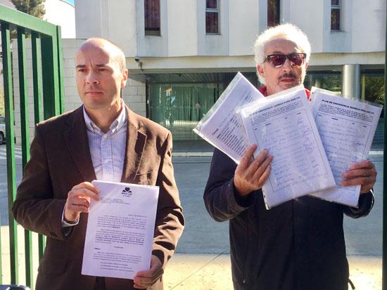 Rafael Gavilán y Aurelio González con el documento y las firmas presentadas.