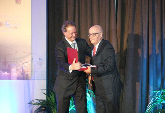 Imagen de la entrega del reconocimiento a Antonio Fernández.