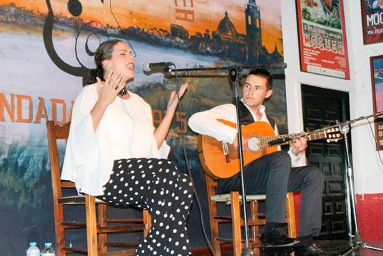 Mª Ángeles Cruzado, acompañada a la guitarra por el almeriense David Soto.