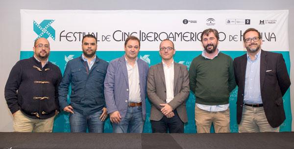 Miembros de la Asociación Provincial de Empresarios de Hostelería junto al director del festival, Manuel H. Martín, durante el acuerdo.