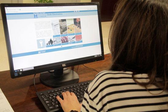 Una usuaria consulta el apartado de administración electrónica en la web de la Diputación de Huelva.