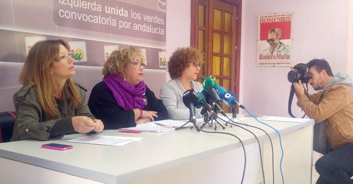 Carmen Centeno, Mónica Rossi y Charo Gónzalez, responsables del Área de la Mujer de IU en Huelva, en rueda de prensa.