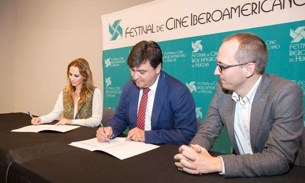 Imagen d la firma del acuerdo.