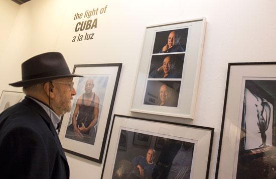 Un espectador admira las obras de la exposición.