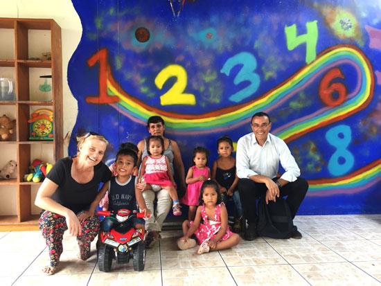 Ignacio Caraballo junto a los niños y una monitora en Puerto Maldonado.
