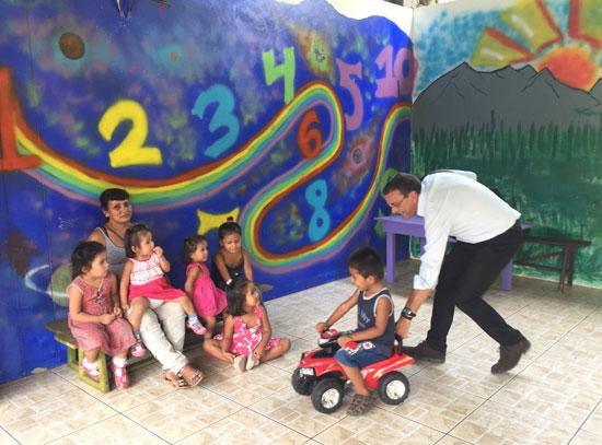 Caraballo juega con un niño durante su visita.