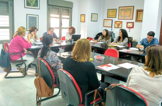 Imagen de la reunión mantenida entre Freshuelva y Cruz Roja.