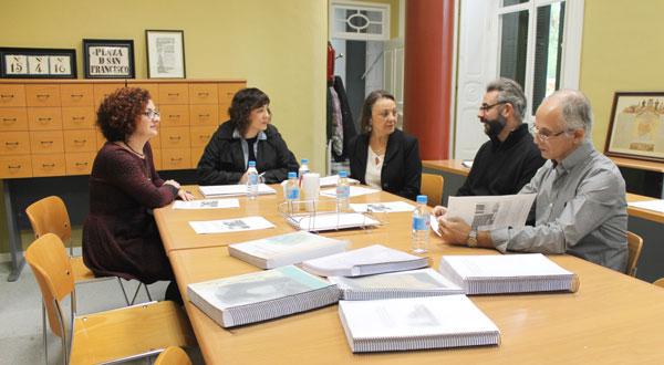 Imagen de la reunión del Jurado con Elena Tobar.