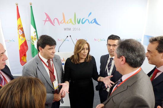 La presidenta del la Junta, Susana Díaz, en el stand de Andalucía durante la feria turística.