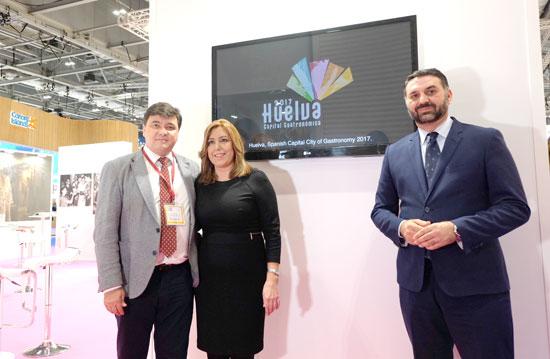 Gabriel Cruz junto con Susana Díaz y Francisco Javier Fernández en la World Travel Market de Londres