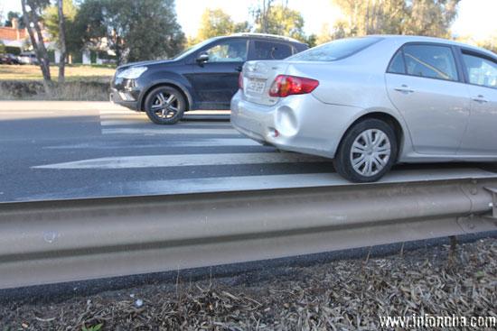 """La foto-denuncia de la semana: """"Paso de peatones con barrera"""""""