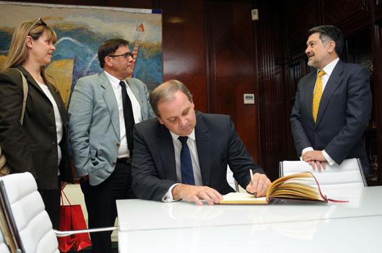Durante la visita, el embajador, que ha rubricado en el Libro de Firmas de la Autoridad Portuaria de Huelva, ha estado acompañado por el cónsul general de Cuba en Sevilla, Alejandro Castro Medina, y de la consejera de Cultura de la Embajada Natasha Díaz-Argüelles.