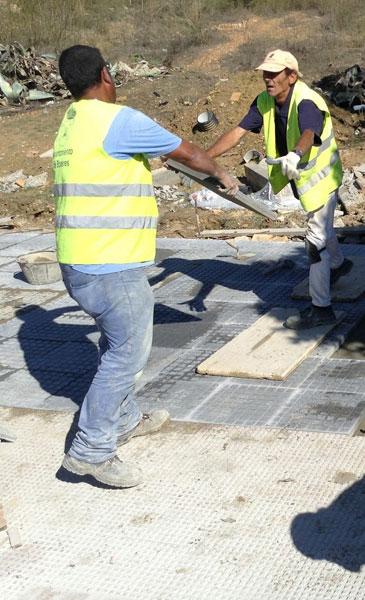 Dos trabajadores durante las obras del PROFEA.