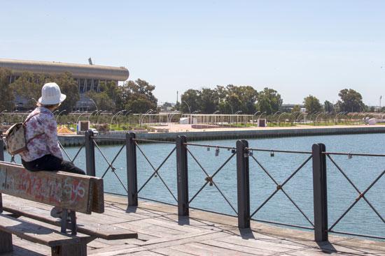 Imagen de una turista en el Muelle del Tinto.