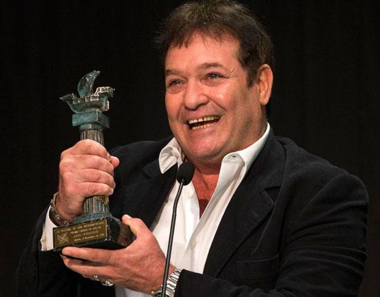 Jorge Perugorría con el Premio Ciudad de Huelva.