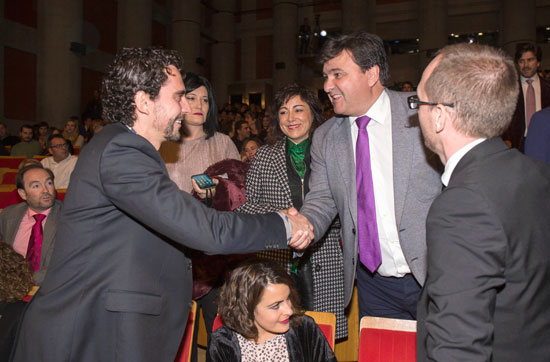 Paco león saluda a Gabriel Cruz ante la presencia de Elena Tobar y Manuel H. Martín.