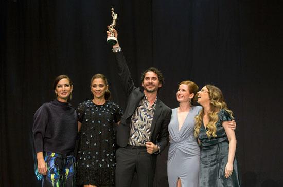 El actor recibió el premio de manos sus compañeras de profesión Belén López, Mª Paz Sayago y Miriam Hernández y la ayudante de dirección y realizadora Laura Alvea