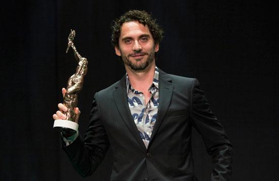 Paco león muestra el Premio La luz.