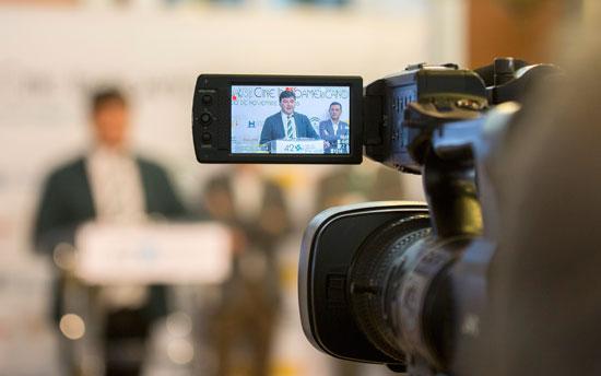 Una cámara graba a Gabriel Cruz durante la presentación.