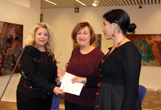 Lourdes Garrido entrega el Premio de Textos Teatrales Jesús Domínguez a Amaranta Osorio e Itziar Pascual.