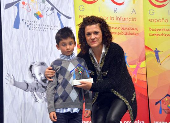 Un chico hizo entrega a María Eugenia Limón del Premio Institución Responsable.