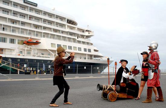 Figurantes reciben a los turistas en el Puerto de Huelva.