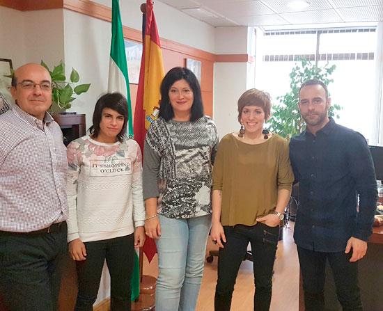 Integrantes del Club junto a Carmen Solana durante la reunión.
