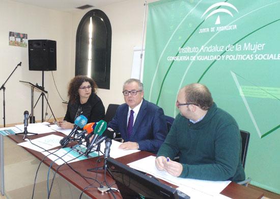 Rafael López acompañado por Eva Salazar y Sebastián Pérez durante la presentación de la campaña.