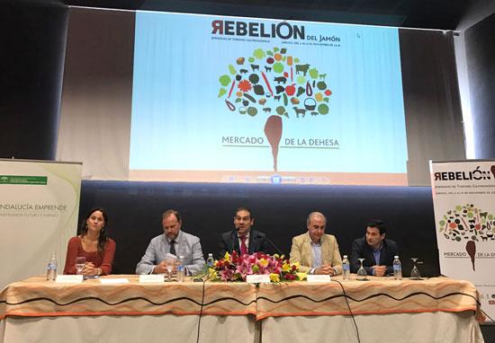El alcalde de Jabugo y vicepresidente de la Diputación de Huelva, José Luis Ramos, ha inaugurado hoy las Jornadas de Turismo Gastronómico 2016, 'El Mercado de la Dehesa', en el Centro de Centro de Innovación y Promoción del Ibérico de Jabugo.