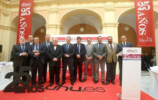 Diferentes autoridades de Huelva en el acto de aniversario.