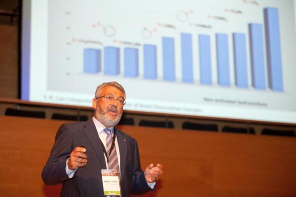 Imagen del Profesor Pedro J. Pérez durante una conferencia.